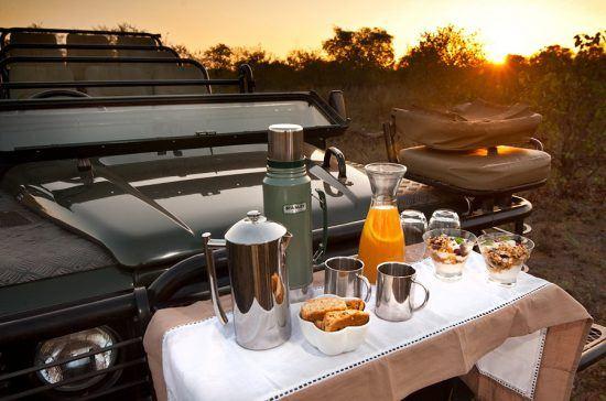 Café da manhã servido pelo lodge Klasere Sands River Camp durante atividade de safári