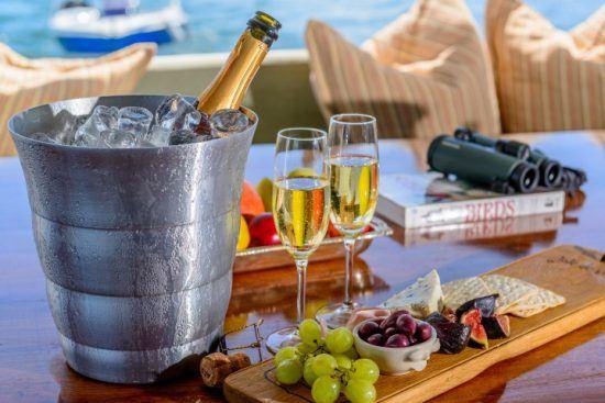 Champagner, Früchte und weitere Snacks stilvoll auf dem Sonnendeck angerichtet