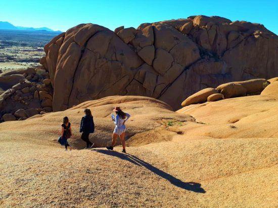 Grimpez en haut des montagnes de Spitzkoppe en Namibie