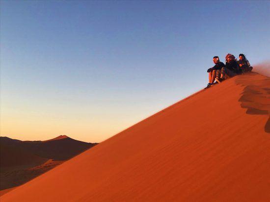 Sur les dunes du désert de Sossusvlei lors de notre road-trip en Namibie