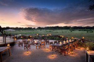 Desfrute de jantares maravilhosos à luz de velas no Somalisa Acacia Camp