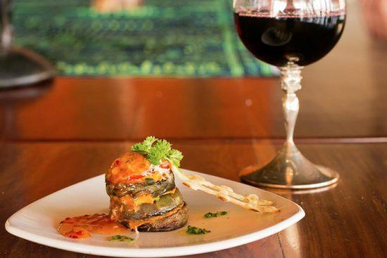 Essen und Wein angerichtet auf einem Holztisch