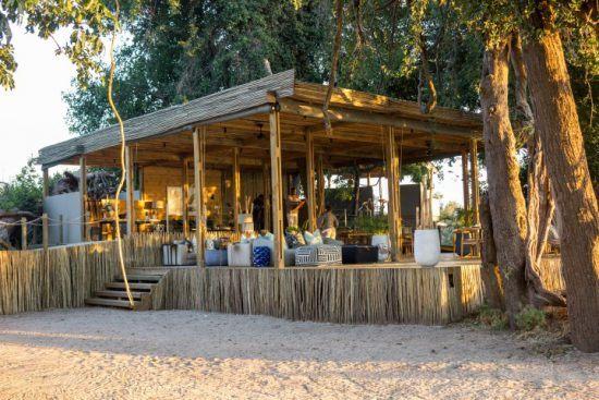 Blick auf die Lounge der Victoria Falls Island Lodge