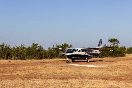 Ein kleines Flugzeug landet auf einer Landebahn