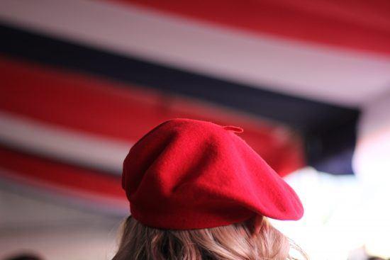 Femme portant un béret rouge au 14 juillet du Bastille Festival