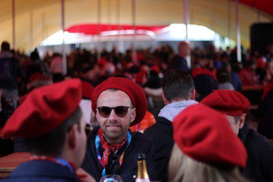 Marée noire de bleu, blanc, rouge sous le chapiteau principal du Franschhoek Bastille Festival