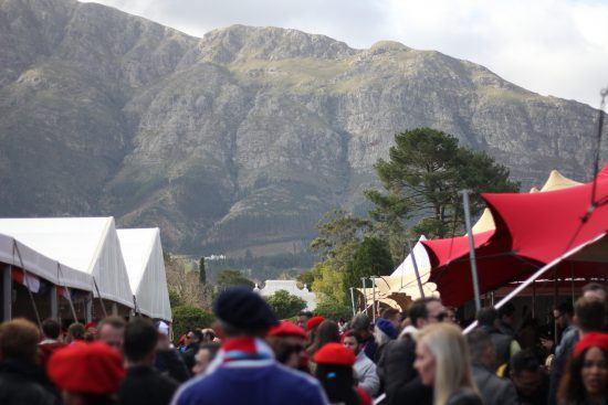 Frasnchhoek Bastille Festival et les tentes bleu, blanc, rouge sur fond des montagnes de Franschhoek.