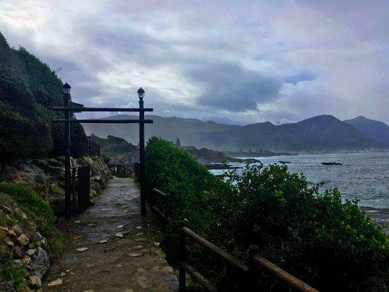 Cliff Path Walk, uma trilha ao longo da costa de Hermanus, em dia dramático. Foto: Nathalia Marangoni