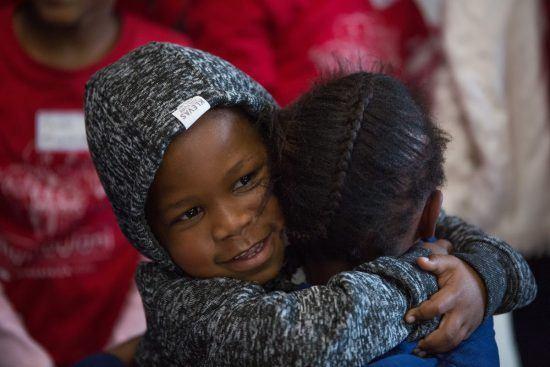 Pause tendresse entre deux enfants de Khumbulani s'enlaçant.