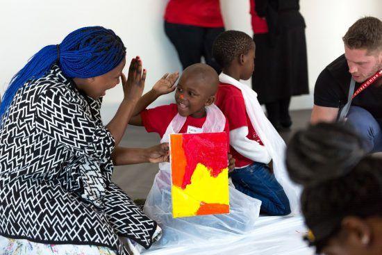 Niños y mayores disfrutando del Día de Nelson Mandela