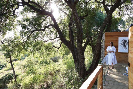 Frau auf einem Balkon im Londolozi Healing House
