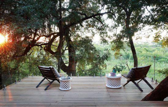 Terrasse mit Aussicht auf den Busch des Londolozi Healing Houses