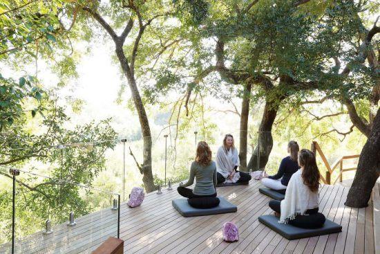 Yoga auf der Terrasse des Londolozis Healing House