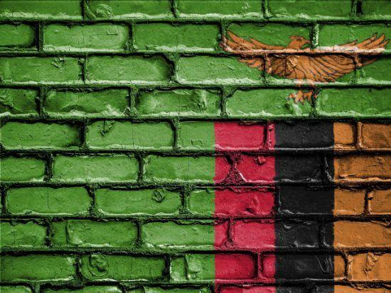 Die Flagge von Sambia auf einer Wand
