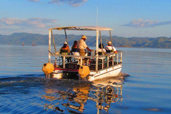 Personen auf einem Boot auf dem blauen Wasser des Lake Kariba in Simbabwe