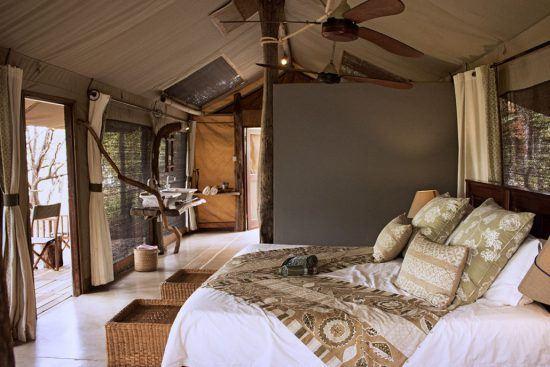 Schlafbereich in einem geräumigen Safari-Zelt des Changa Safari Camps