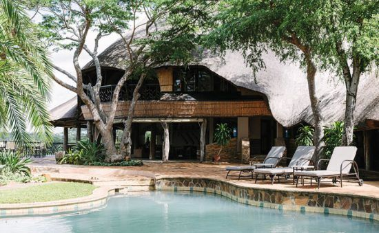 Hauptbereich der Chilo Gorge Safari Lodge mit Swimmingpool