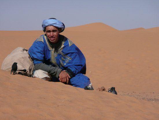 Un Tuareg posando frente al desierto del Sahara