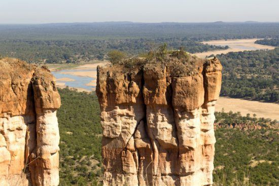 Rötliche Sandfelsen im Gonarezhou Nationalpark - die besten Reiseziele in Simbabwe