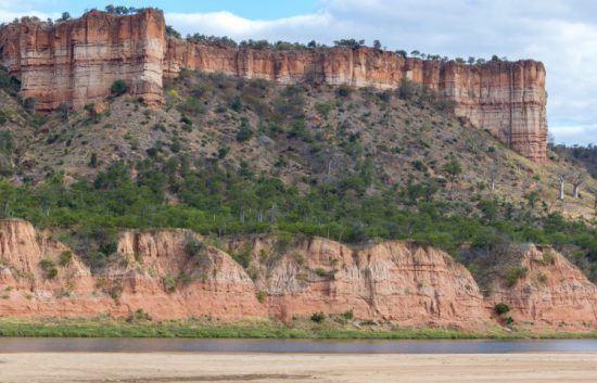 Die rötlichen Chilojo-Felsen sind charakteristisch für den Gonarezhou Nationalpark