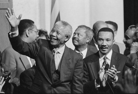 Nelson Mandela und weitere Politiker vor der Bibliothek des Kongress