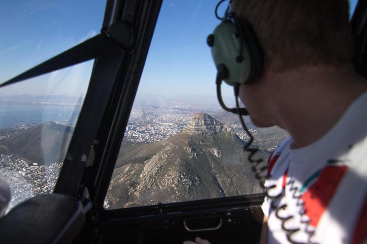 Un joven volando en helicóptero sobre Lion's Head