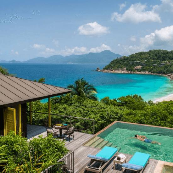 Águas turquesas até onde os olhos podem ver em Four Seasons Resort Seychelles