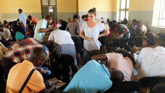 Beatriz Galatas organizando a los trabajadores de campo en Mozambique