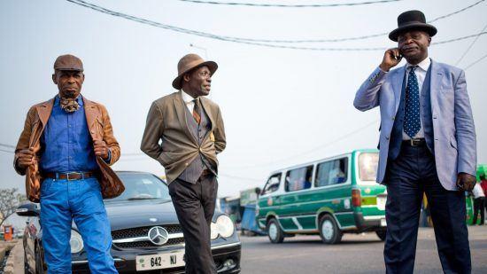 Trois sapeurs en plein show dans la ville de Brazzaville au Congo.