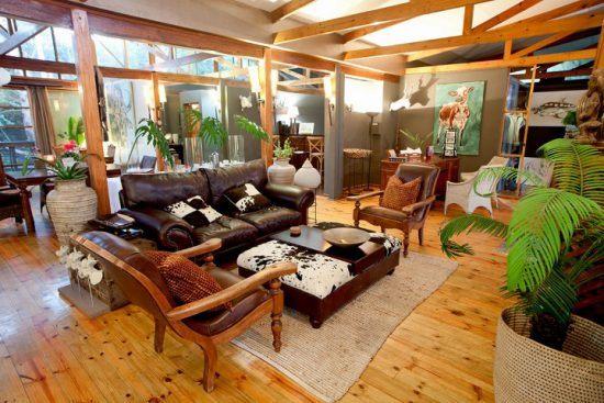 Der im Safari-Stil gehaltene Gemeinschaftsbereich der Makakatana Bay Lodge - eine unserer Lieblingsunterkünfte in KwaZulu-Natal