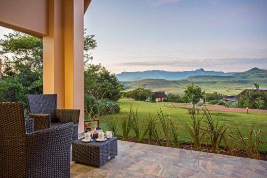 Blick von einer privaten Terrasse der Montusi Mountain Lodge auf die malerischen Drakensberge
