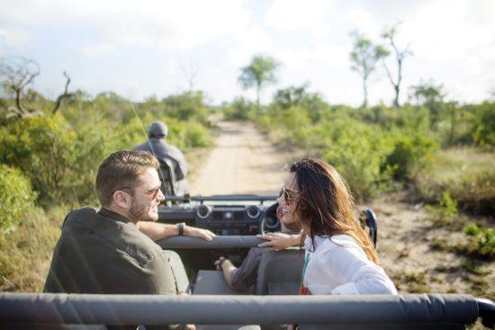 Paar auf einer Pirschfahrt im Sabi Sand Game Reserve