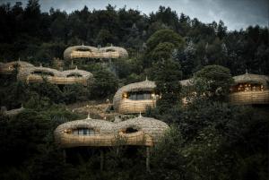 L'un des lodges safari insolites en Afrique que nous préférons : Bisate Lodge.