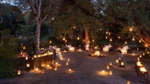 Vacances romantiques à Sabi Sand en Afrique du Sud pour un voyage safari de luxe. Dîner aux chandelles, diner dans la brousse.