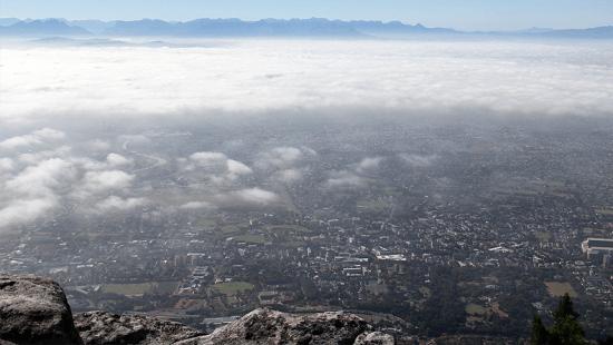 Foto tirada no topo da Devil's Peak: nuvens se dissipando com a chegada do calor matutino.