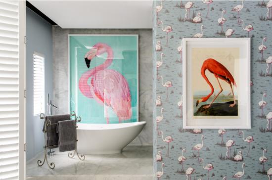 Suíte Flamingo é uma das mais irreverentes de MannaBay e conta com um banheiro privativo espaçoso com banheira independente