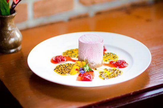 Ein bunter Nachtisch kunstvoll angerichtet im Heaven Restaurant