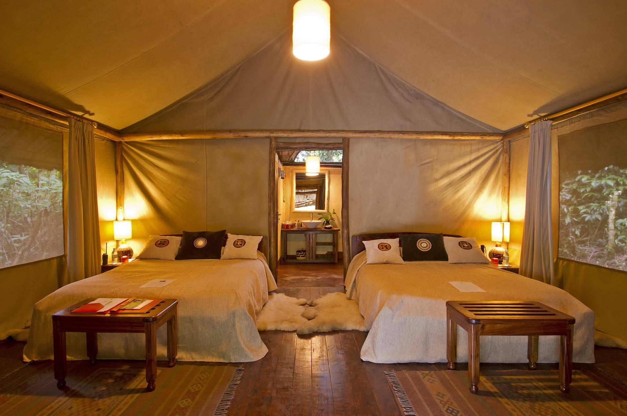 Geräumiges Zelt des Sanctuary Gorilla Forest Camps