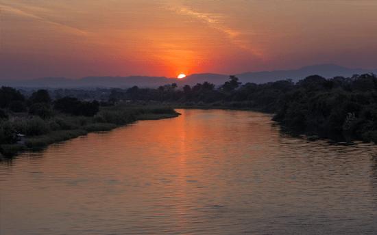 Cruzeiros ao pôr do sol no rio Zambeze agradam a adultos e crianças igualmente