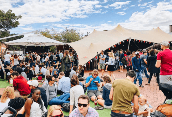 Neighbourgoods Market acontece todos os sábado no Old Biscuit Mill, em Woodstock, e reúne moradores locais e estrangeiros em uma atmosfera descontraída.