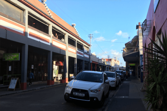 A Lower Main Road, a principal avenida do bairro de Observatory, é onde estão bares, restaurantes, livrarias e coffee shops alternativos que atraem visitantes de todo o mundo