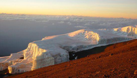 Les neiges étenrelles au sommet du Kilimanjaro en Tanzanie