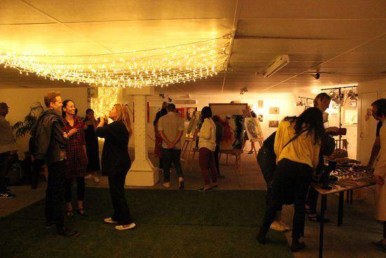 First Thursdays também dá aos artistas a oportunidade de comercializar suas obras diretamente com o público