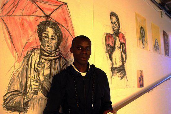Artista Lindele Msweli é fotografado durante sua primeira exposição nas First Thursdays