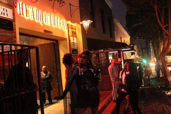 Além das galerias de arte e dos espaços culturais, bares e restaurantes também aproveitam a vibração das ruas e promovem eventos especiais
