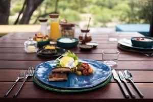 Vacances romantiques à Sabi Sand en Afrique du Sud pour un voyage safari de luxe. Un petit déjeuner servi dans la brousse au Silvan Safari Lodge.