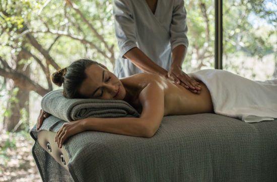 Frau bekommt im Spa der Silvan Safari Lodge eine wohltuende Massage