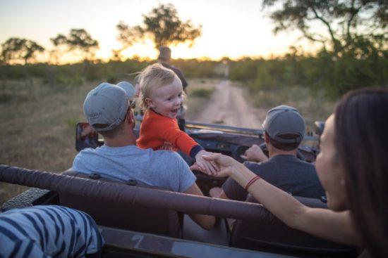 Familie mit Kind auf einer Pirschfahrt im Sabi Sand Game Reserve