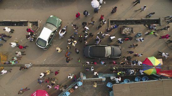 Straße in Brazzaville mit Menschen und Autos aus der Vogelperspektive
