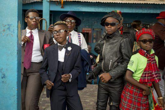 Sapeurs in typisch bunter sowie eleganter Kleidung in den Straßen von Brazzaville